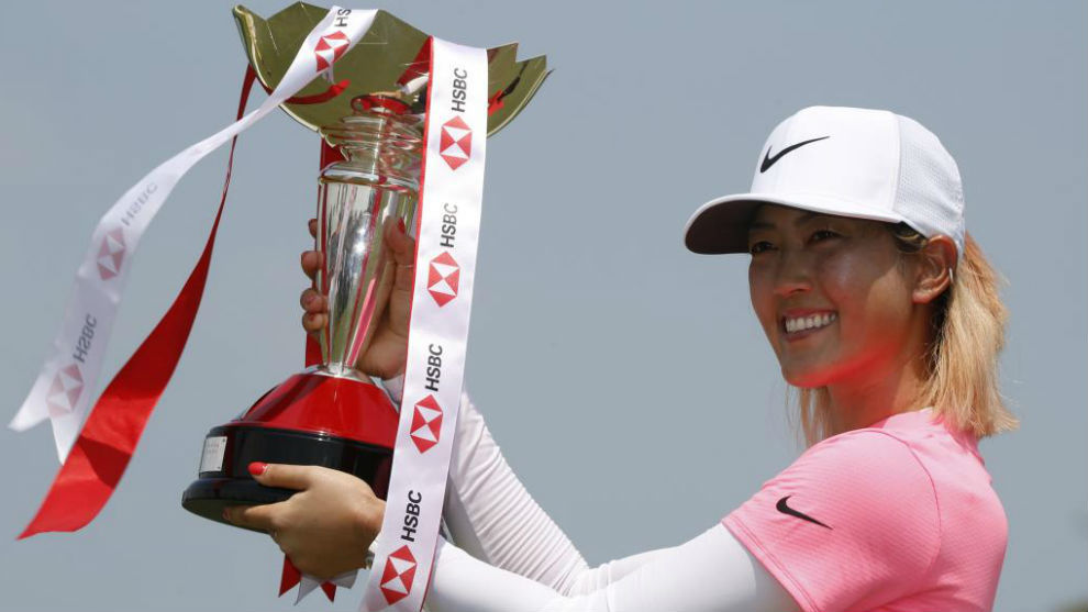 Michelle Wie levanta el trofeo de campeona.