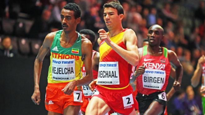 Adel Mechaal y Yomif Kejelcha en las series de los 3.000 metros.