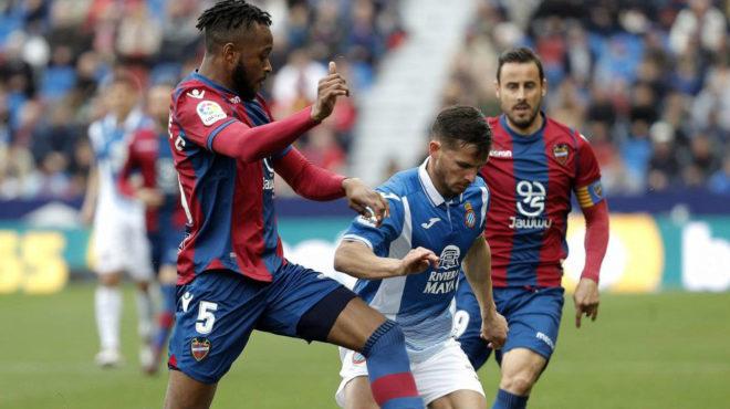 Doukouré disputa un balón con Piatti.
