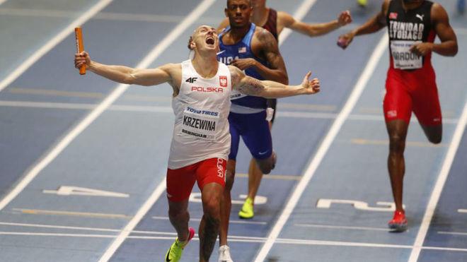 El polaco Jakub Krzewina celebra la victoria en el 4x400