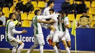 Los jugadores blanquiverdes celebran con Aythami el segundo gol en...