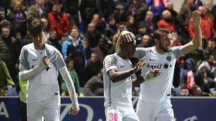 El italiano Soleri se agarra el escudo tras marcar su segundo gol en...
