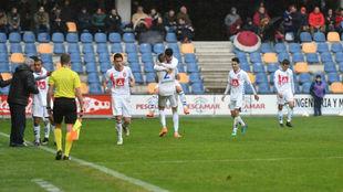 Los jugadores del Rayo Majadahonda festejando la victoria ante el...