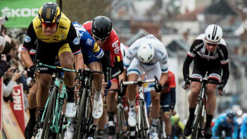 Groenewegen esprintando hacia el triunfo en la París-Niza.