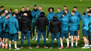 Zidane, dando instrucciones a sus jugadores.