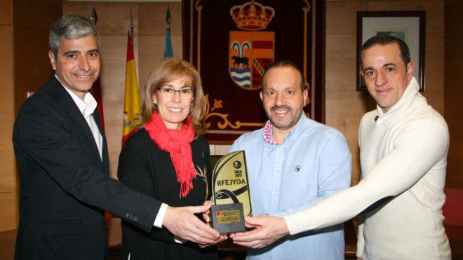 La alcaldesa de El Molar, Yolanda Sanz, con el premio a la mejor...
