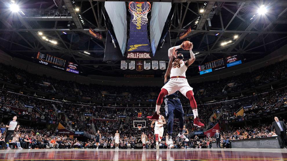 LeBron atrapa un rebote ante los Pistons