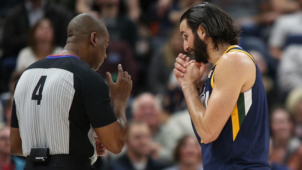 Ricky pide explicaciones al árbitro