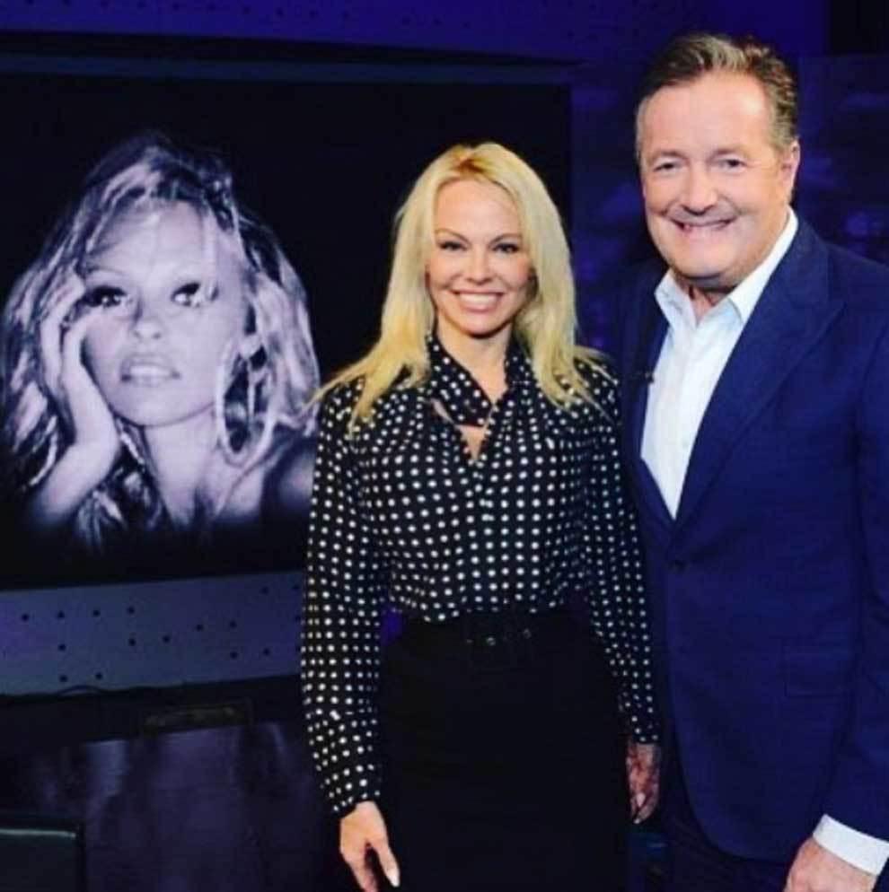 Pamela Anderson durante su entrevista con el periodista Piers Morgan...