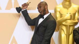 Kobe, eufórico con su estatuilla dorada en la mano