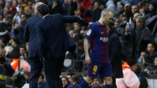 Iniesta se retira del terreno de juego y recibe el apoyo de Valverde.