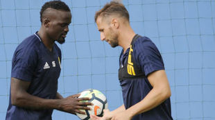 Valentini entrega un balón a Mariga durante un entrenamiento.