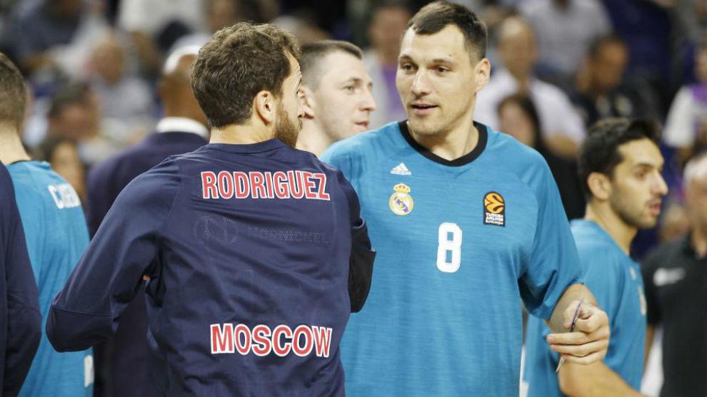 Jonas Maciulis saluda a Sergio Rodríguez en un Real Madrid vs CSKA de...