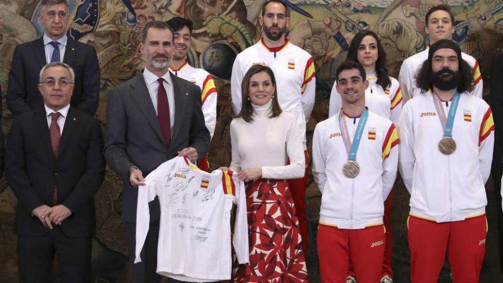 Los Reyes posan con los nueve olímpicos que estuvieron hoy en La...