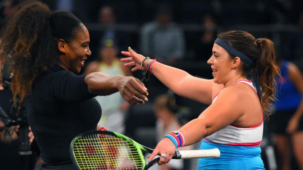 Serena Williams y Marion Bartoli se saludan antes de comenzar su...