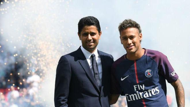 Neymar, junto a Al Khelaifi, en la presentación con el PSG.