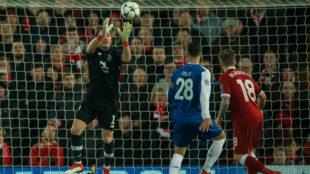 Casillas detiene un balón en el enfrentamiento ante el Liverpool.