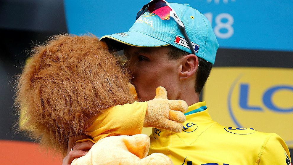 Luis León Sánchez besa el famoso peluche del patrocinador francés.
