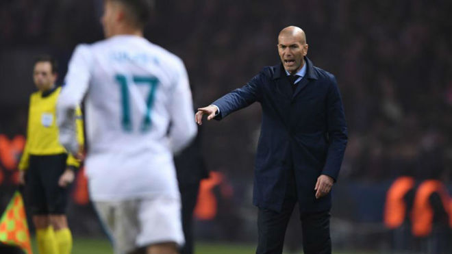 Zidane hace una indicación durante el partido en el Parque de los...