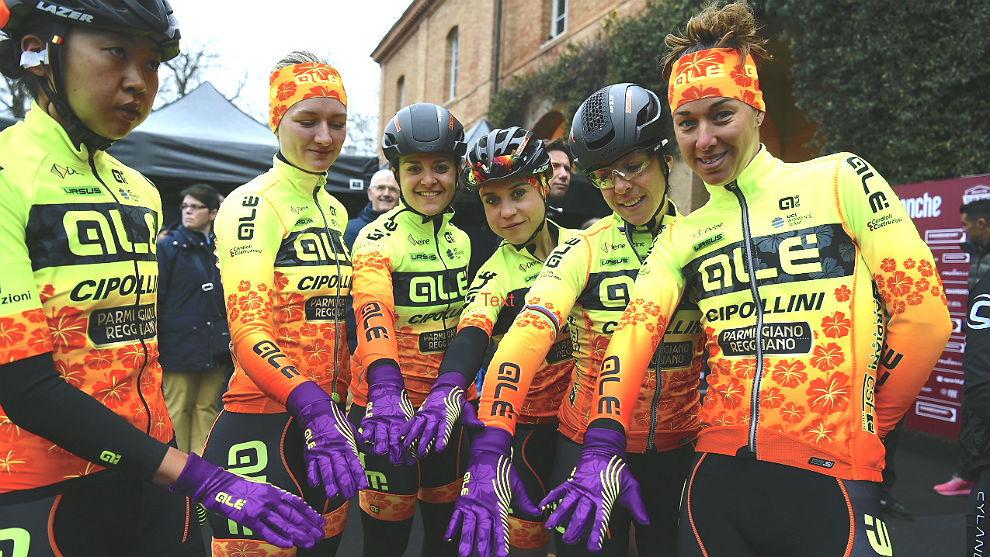 Las corredoras del Alé Cipollini con los guantes 'feministas'.