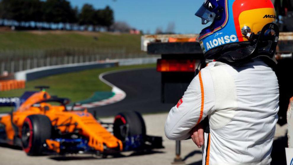Fernando Alonso mira su coche tras quedarse parado antes de la subida...