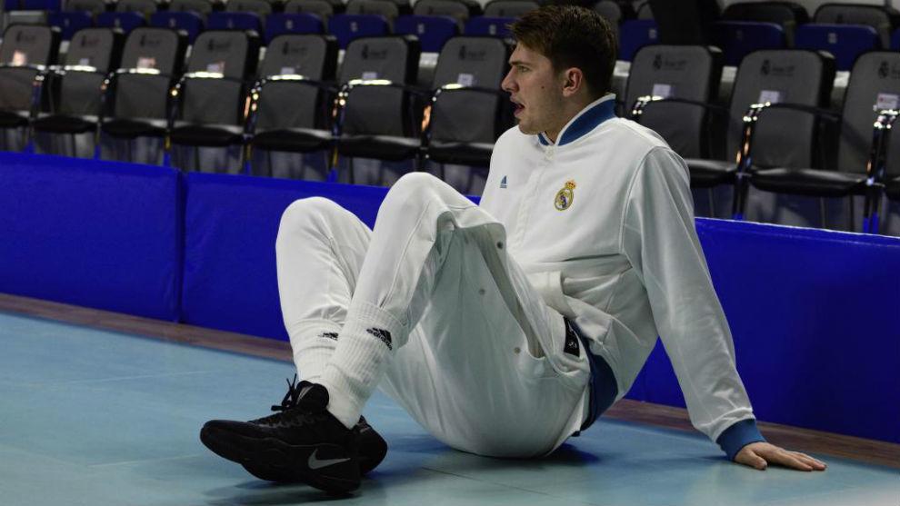 Luka Doncic estira antes de un encuentro.