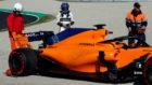 Fernando Alonso, ante el MCL33.