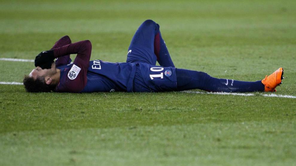 Neymar, después de lesionarse en el tobillo.