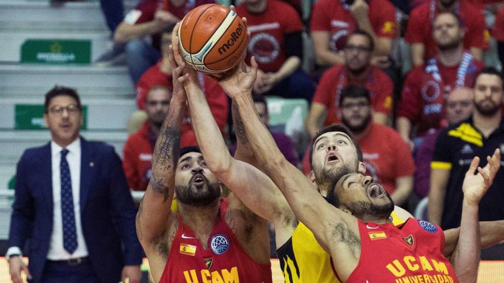 Lima y Rojas, del UCAM Murcia, pelean un rebote con Tobey.