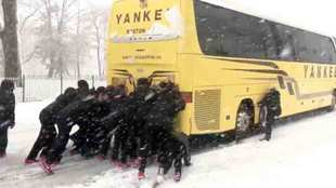 El equipo femenil de basketbol libera su autobús de la nieve