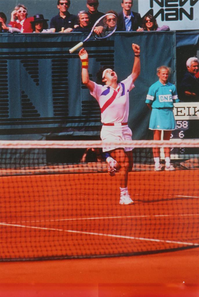 Arantxa tira la raqueta al aire tras ganar a Graf