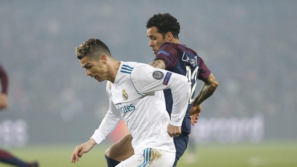 Dani Alves lucha por un balón junto a Cristiano Ronaldo.