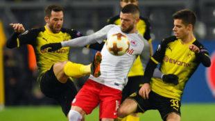 Berisha protege el balón entre Gonzalo Castro y Weigl.