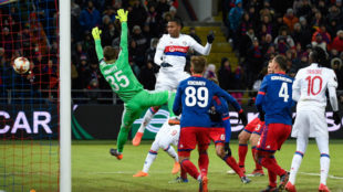 Marcelo, defensa del Lyon, marca el 0-1 del choque.
