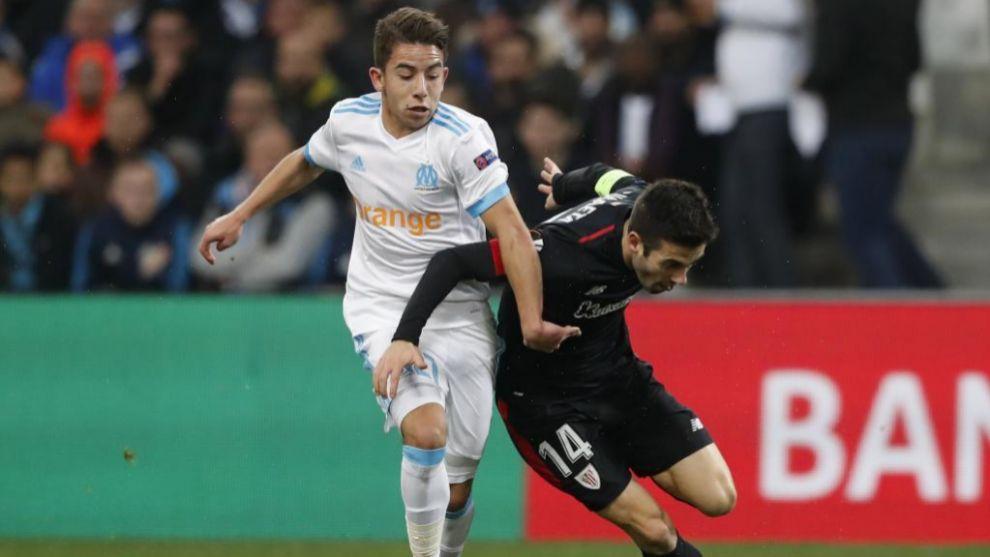 Markel Susaeta disputa un balón con Maxime López