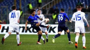 Thauvin da un pase por encima de la defensa del Dinamo Kiev.
