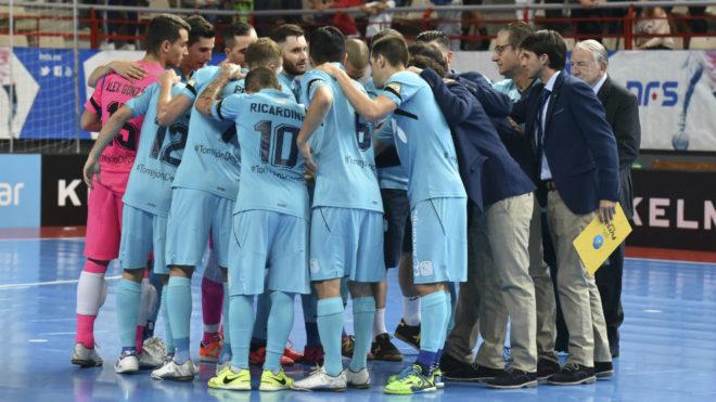 Los jugadores del Movistar Inter, con Cecilio a la derecha, hacen una...