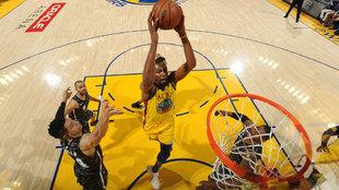 Kevin Durant ataca el aro de los Spurs