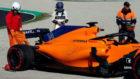 Fernando Alonso, mirando el MCL33 tras quedarse parado