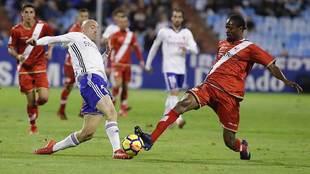 Abdoulaye intenta arrebatar el balón a Toquero en el partido de La...