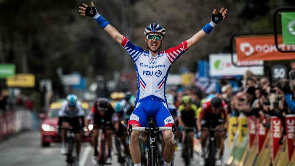 Molard celebrando el triunfo en la París-Niza.