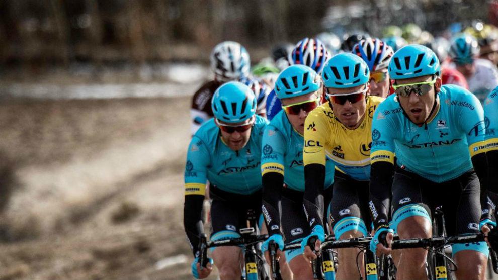 Luisle protegido por sus compañeros del Astana.