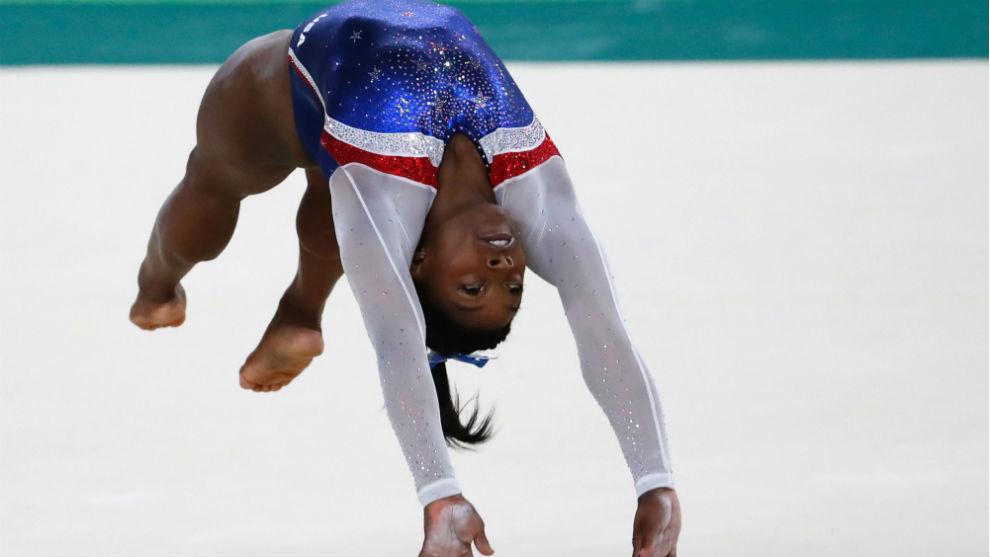 Simone Biles, en un ejercicio en el suelo.