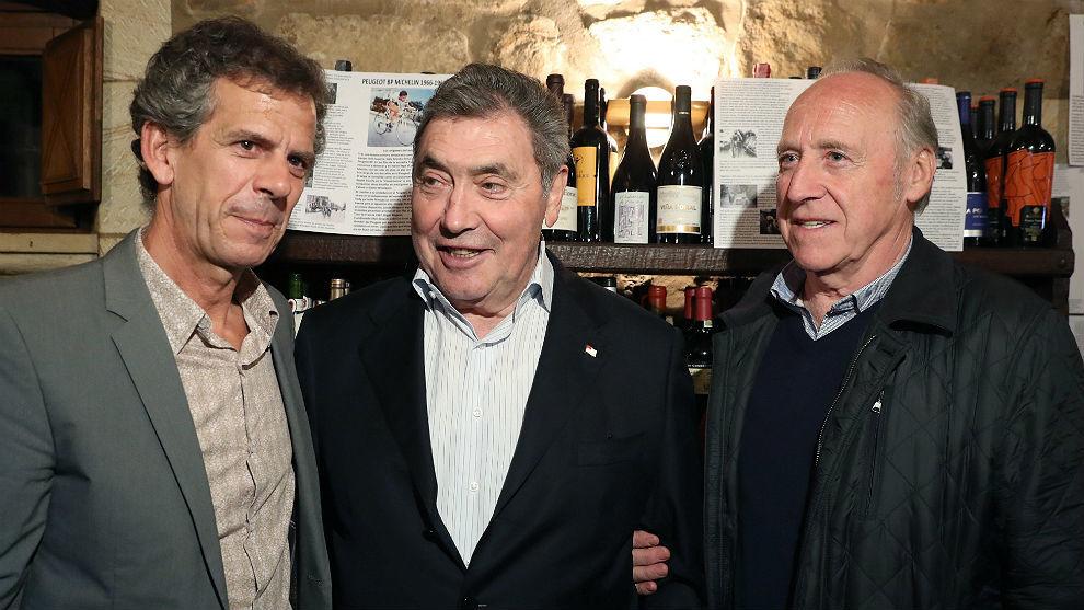 Eddy Merckx, este viernes en Bilbao con Peio Ruiz Cabestany y Javier...