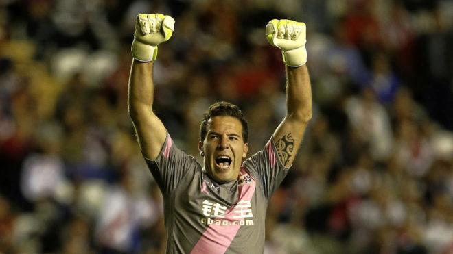 Toño celebra un gol cuando jugaba en el Rayo.
