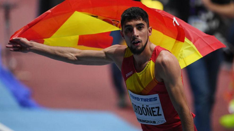 Saúl Ordóñez, con la bandera de España tras el bronce cosechado en...