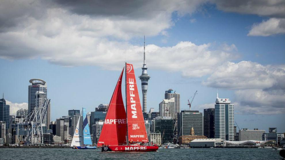 'MAPFRE' ,  en la regata de Auckland, llegando a puerto en la sexta...