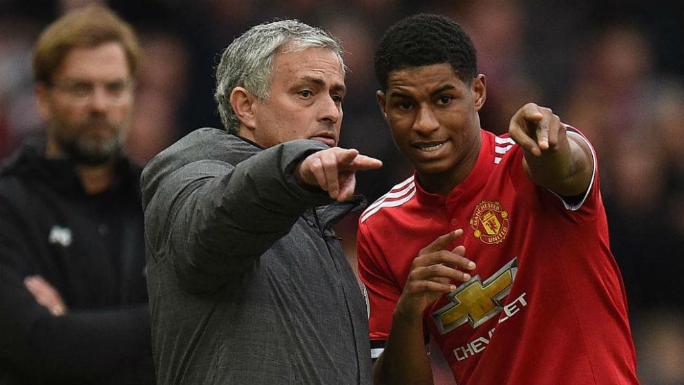 José Mourinho da instrucciones a Marcus Rashford frente al Liverpool.