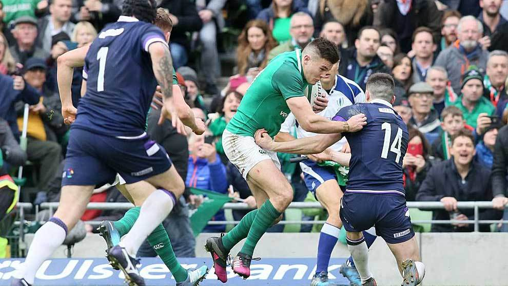 Jacob Stockdale evita el intento de placaje de Blair Kinghorn antes de...