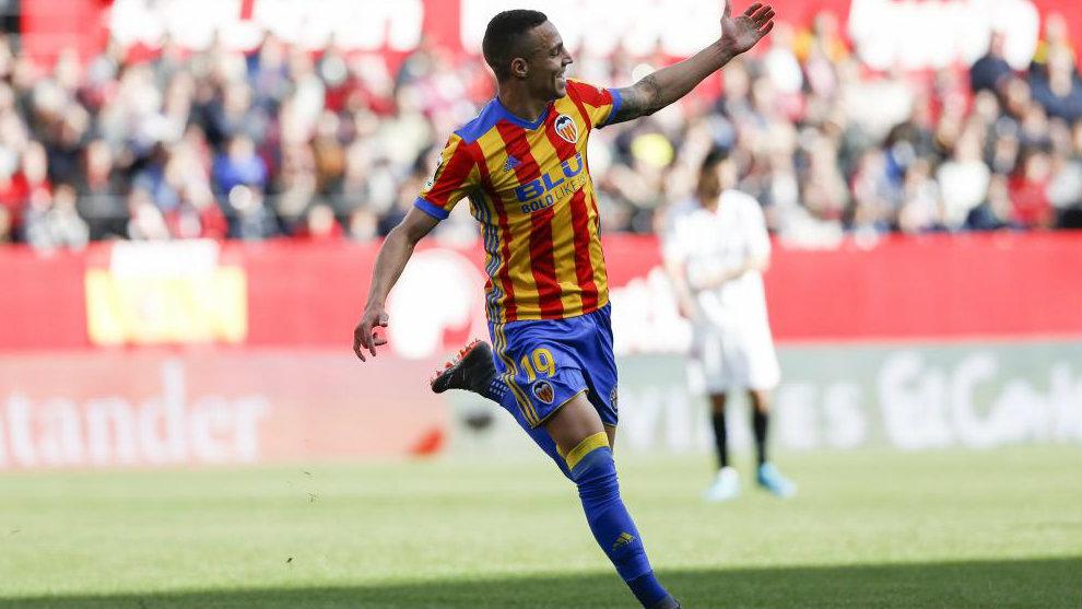 Rodrigo llama a Kondogbia para celebrar su primer gol.